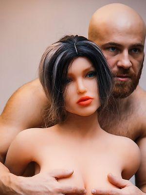 Najdziwniejszy profil na Instagramie – kulturysta zdradza seks-lalkę z pudłem