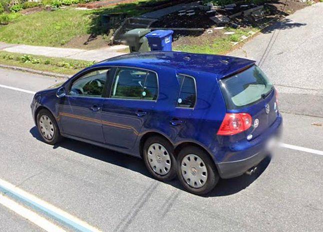 Volkswagen Golf 5 z trzema osiami – nietypowa przeróbka czy błąd graficzny? Źródło: reddit, Google Street View.