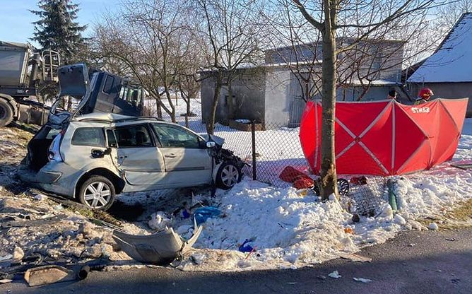 Auto przygniotło ojca i syna. Tragiczny finał