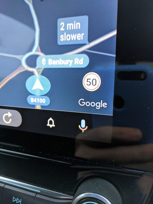 Ograniczenia prędkości są też widoczne w Androidzie Auto w samochodzie, fot. Android Police.