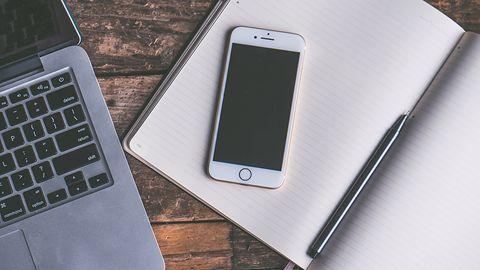 Rynek smartfonów maleje, ale coraz chętniej wybieramy flagowce. Apple wciąż liderem hi-endu