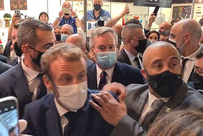"""Emmanuel Macron trafiony jajkiem. """"Niech żyje rewolucja"""""""