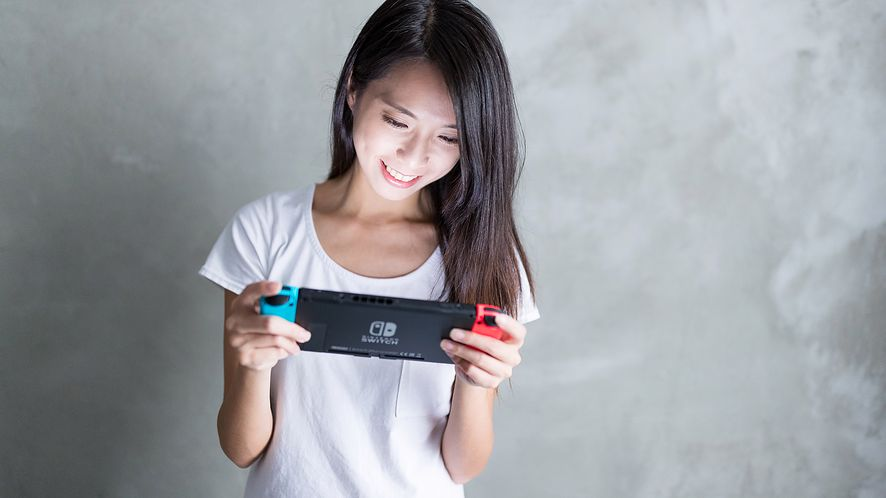 Kobieta gra na Nintendo Switchu z depositphotos