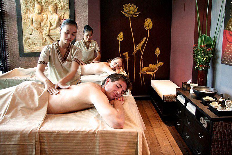 Para w czasie masażu pleców