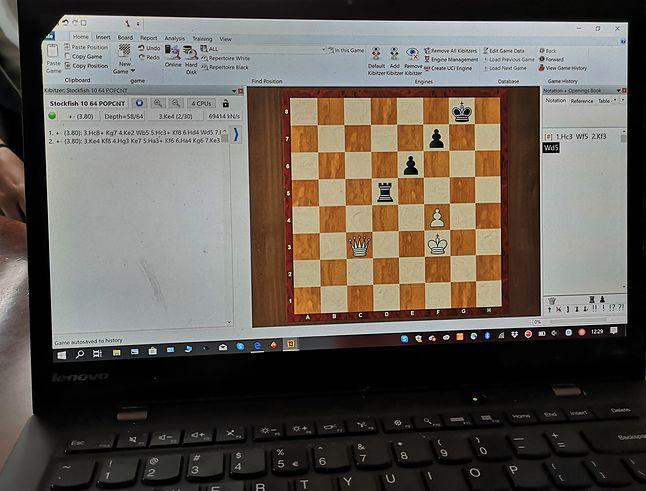 Codzienne narzędzie pracy Jana-Krzysztofa Dudy to intensywnie wykorzystywany laptop służący do analizy wybranych sytuacji na szachownicy.