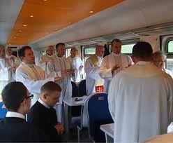 Księża przerobili wagon pociągu na kaplicę. Odprawili mszę świętą