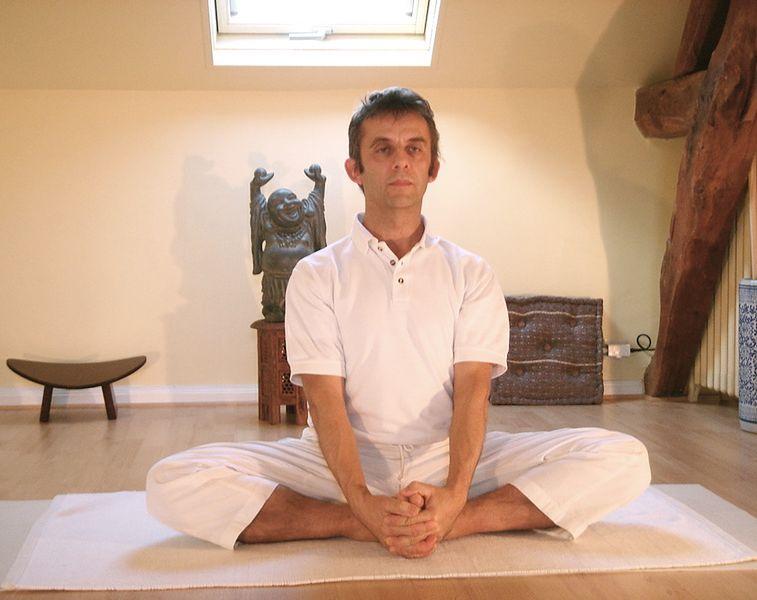 Joga - medytujący mężczyzna
