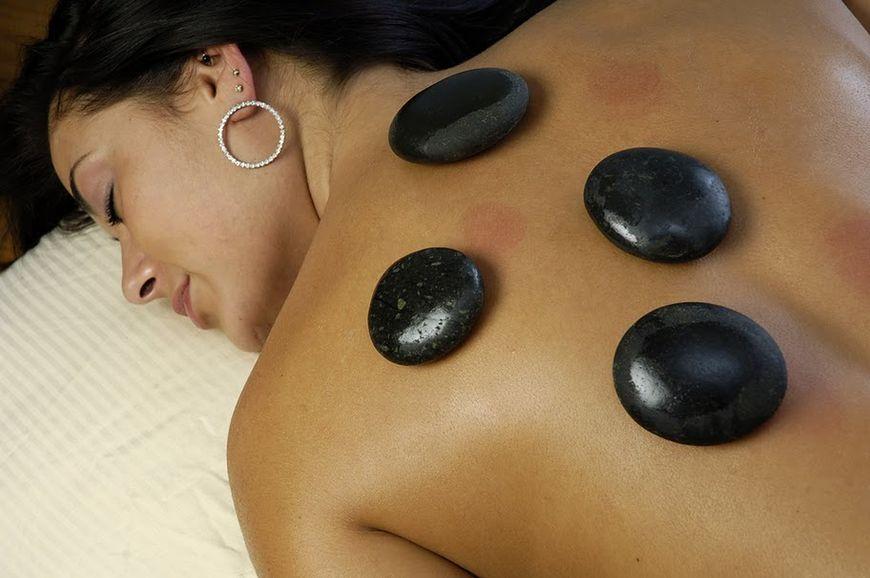 Masaż gorącymi kamieniami - masaż kobiety