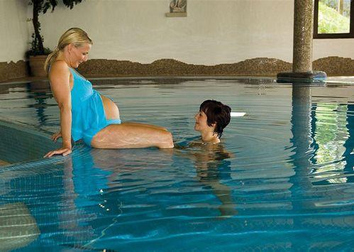 Ciężarna na basenie