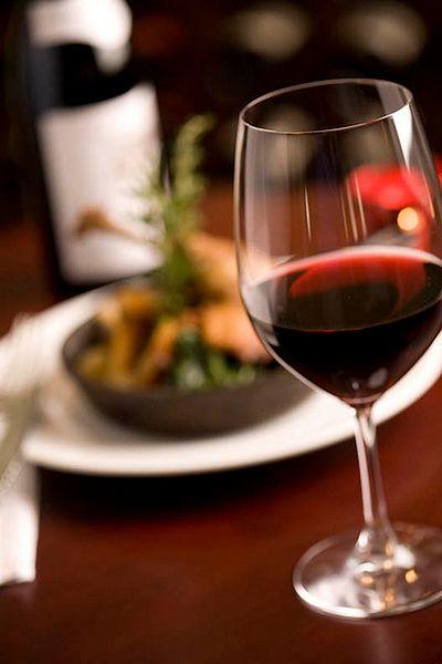 Picie czerwonego wina