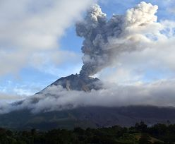 Erupcja indonezyjskiego wulkanu. W każdym momencie może dojść do kataklizmu