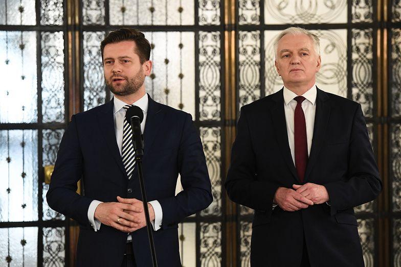 Kamil Bortniczuk i Jarosław Gowin na konferencji prasowej w Sejmie.
