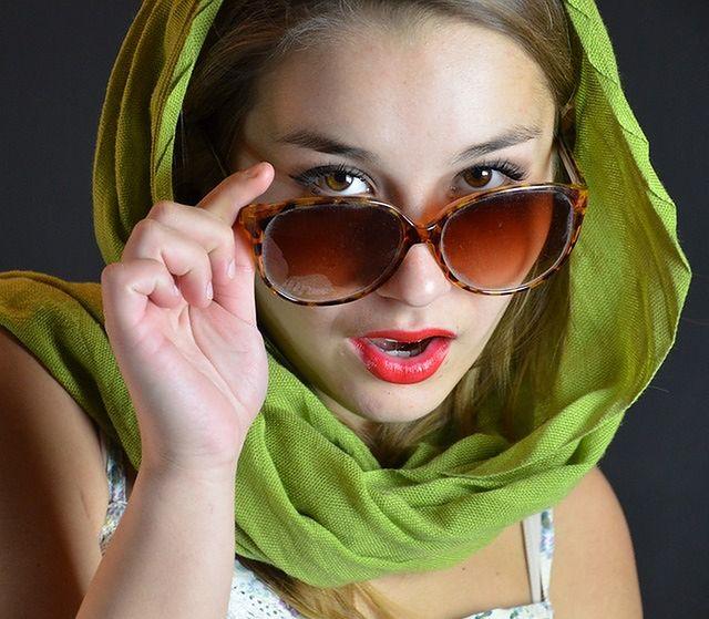 Noszenie okularów przeciwsłonecznych