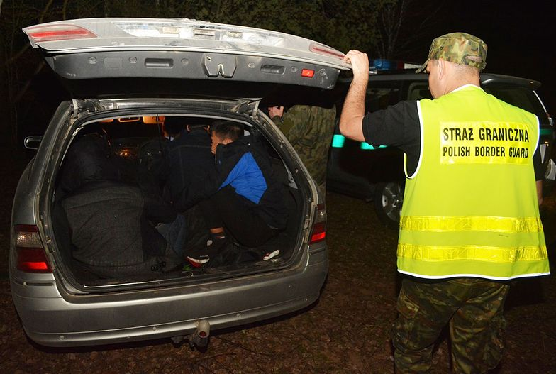 W pięcioosobowym aucie jechało 10 Wietnamczyków i kierowca, którego szukają służby