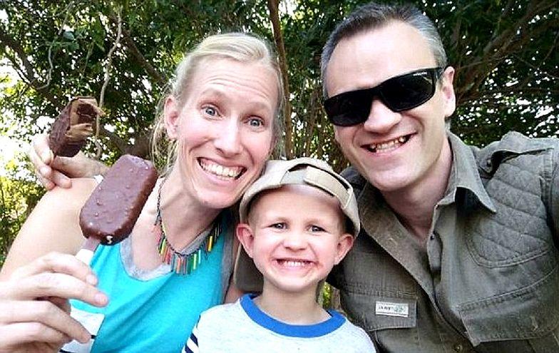 Atak żyrafy. Żona i synek brytyjskiego naukowca walczą o życie