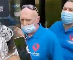 """""""Kobietę bijesz?!"""". Szturm antyszczepionkowców na punkt szczepień w Grodzisku Mazowieckim"""