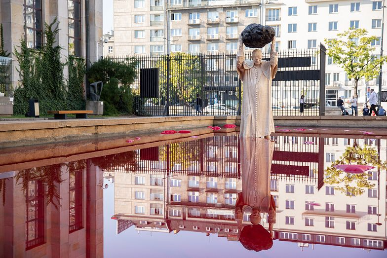 Przedziwna rzeźba Jana Pawła II w Warszawie. Pod nią mnóstwo czerwonej cieczy