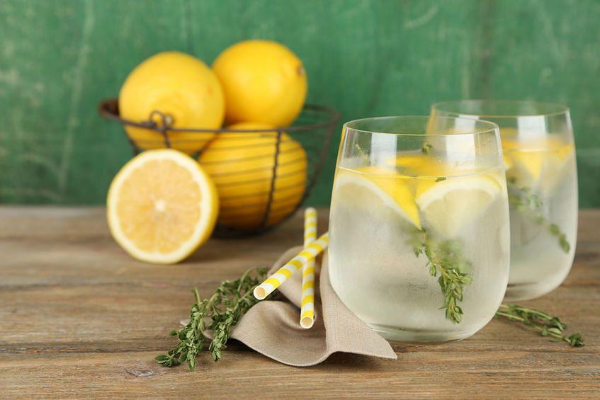 Na co szkodzi woda z cytryną?