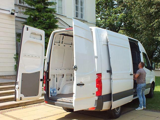 Chłopaki z Genesis pakują sprzęt po zlocie do samochodu.