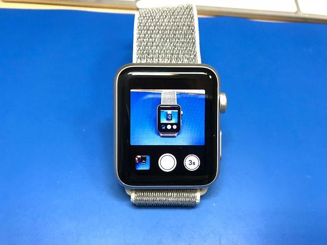 Można obsługiwać aparat iPhone'a w zegarku. Oprócz możliwości uruchomienia migawki, można podglądnąć czy wszystko jest jak należy.