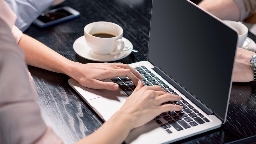 Osoba korzystająca z laptopa z depositphotos