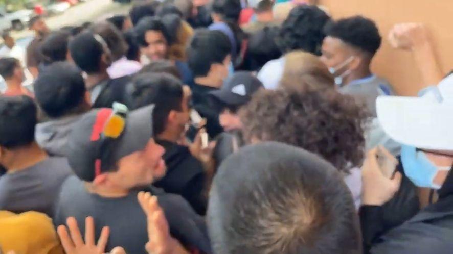 Chaos przed sklepem Micro Center w Dallas