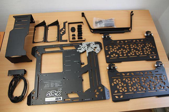 Wszystkie najważniejsze komponenty udało się zmieścić na stole. Póki co, na obudowę to nie wygląda ;)