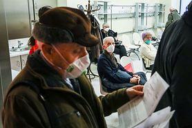 """Z harmonogramu szczepień przeciw COVID """"wypadła"""" grupa 65-70 lat. """"Bałaganu w narodowym programie szczepień ciąg dalszy"""""""