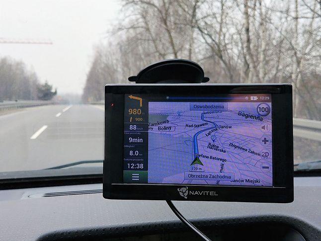 """Do 90 km/h mapę można oglądać w """"3D"""". Później następuje automatyczna zmiana na widok 2D z lotu ptaka."""