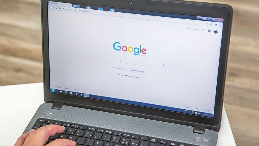 Google Chrome na laptopie z depositphotos