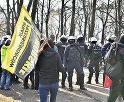 Rocznica smoleńska. Taczka z kukłą, protesty i zatrzymania w Warszawie