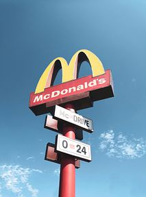 Jak zaoszczędzić w McDonald's? Aplikacja, OkazYEAH i trick z bonifikartą