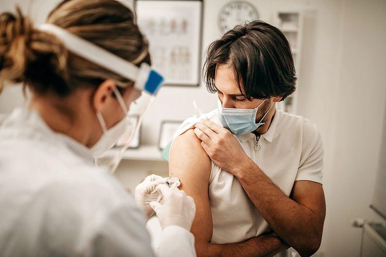 Izrael. Jaka jest skuteczność szczepionki? Różne dane