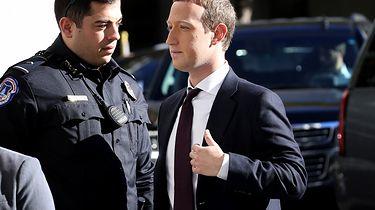 Ile Facebook płaci za ochronę Zuckerberga? Aż trudno w to uwierzyć - Mark Zuckerberg zmierzający na przesłuchanie w październiku 2020 roku. (Photo by Win McNamee/Getty Images)