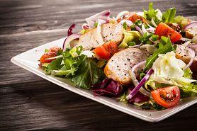 Dlaczego nigdy nie powinieneś zamawiać sałatek w restauracji? Kilka ważnych powodów
