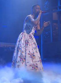 Kid Cudi wystąpił w kwiecistej sukience. Fani Nirvany biją BRAWO