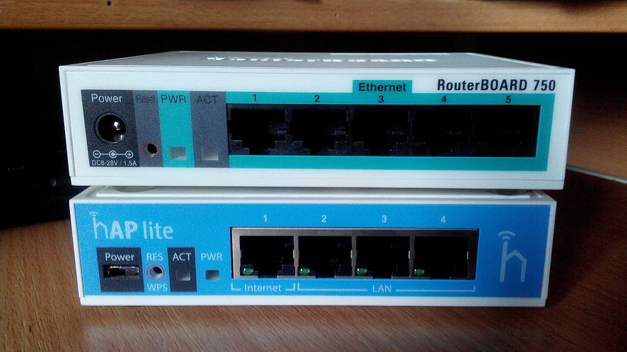 RouterBOARD 750 z punktem dostępowym: popularny sprzęt Mikrotika (źródło Wikimedia, licencja CC BY-SA 4.0)