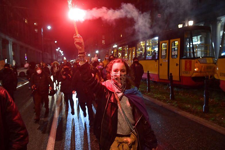 Strajk Kobiet. Tłum starł się z policją. Protestujący przykuli się do bramy