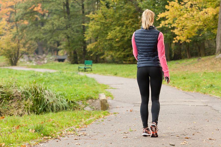 Większość z nas nie zdaje sobie sprawy, że dzięki spacerom zmniejszy się poziom cholesterolu w naszej krwi, kości się wzmocnią, ciśnienie krwi utrzymywać się będzie na właściwym poziomie i poprawi się nasz nastrój