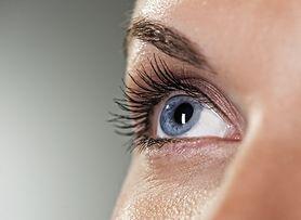 Obrzęk powieki - przyczyny, objawy, domowe sposoby