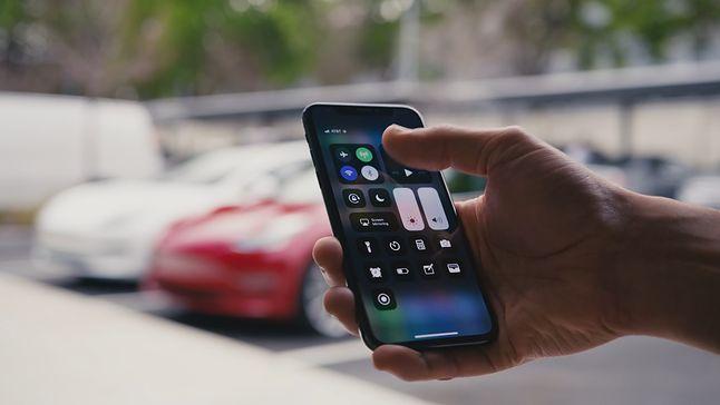 Samochody marki Tesla obsługują uruchamianie samochodu smartfonem, fot. Tesla