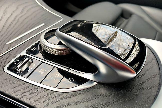 Centrum sterowania. Można też korzystać z przycisków na kierownicy.