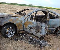 """Kręcili """"bączki"""", aż doprowadzili do pożaru auta. Mercedes doszczętnie spłonął"""