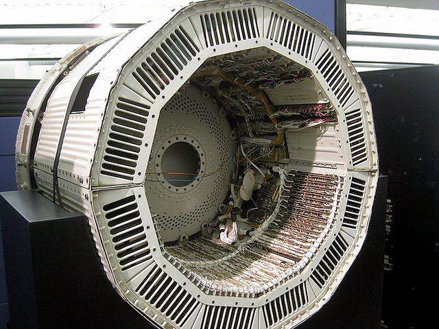 Komputer D17-B swoim kształtem był dopasowany do obudowy... przepraszam, rakiety.
