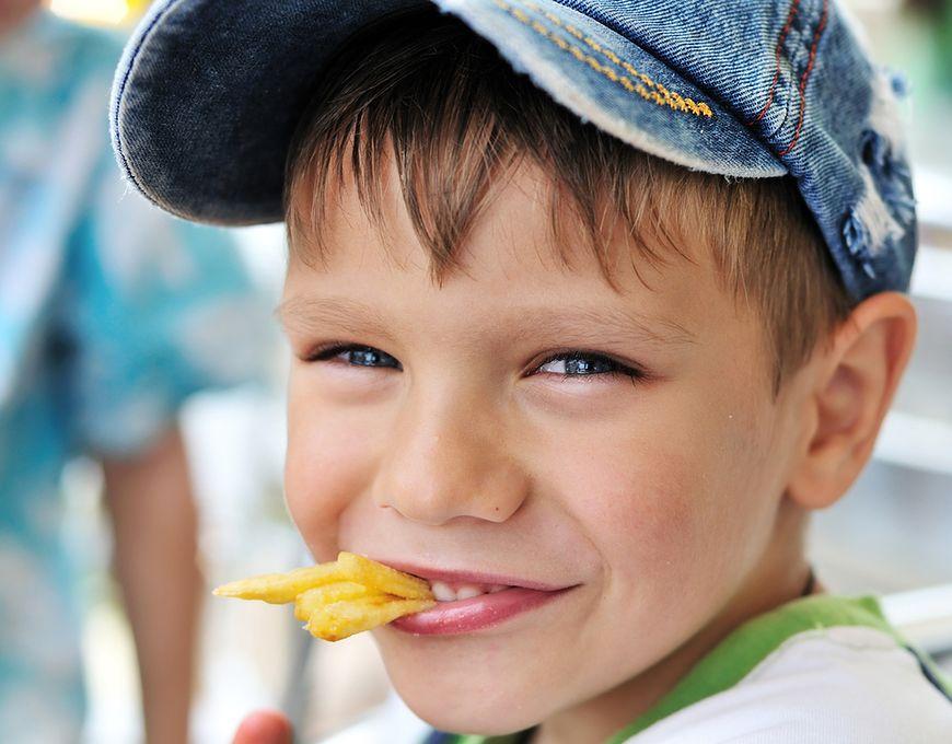 Czy takie restrykcje mają szansę wpłynąć na zdrowie dzieci, skoro po szkole będą one miały dostęp do słodyczy i chipsów?