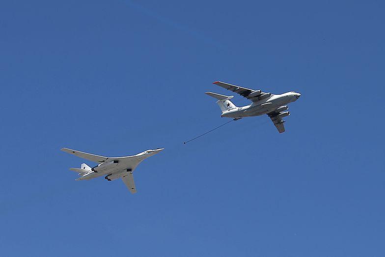 Bombowiec Tu-160 oraz Ił-78 podczas parady w Rosji z okazji Dnia Zwycięstwa.