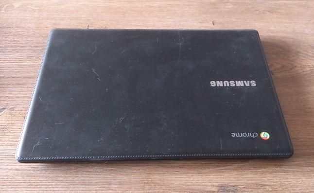 Gdy kupiłem tego Chromebooka był prawie nieporysowany. Rysy te są efektem tego, że użytkuję go ekstremalnie. :)