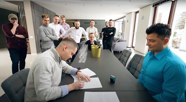 Kadr z podpisania listu intencyjnego pomiędzy Ekipą a Beskidzkim Biurem Inwestycyjnym.