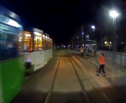 Szczecin. Dziecko wpatrzone w smartfona szło wprost pod tramwaj