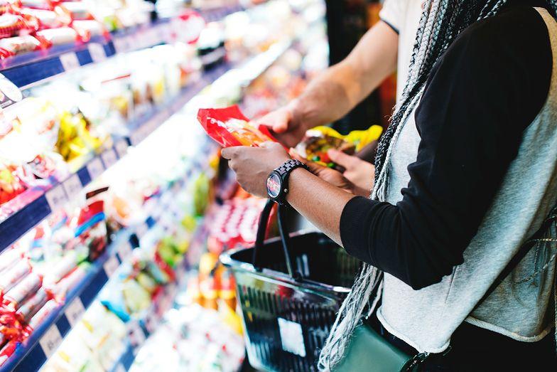 Konsumenci mniej wydają pieniędzy, co przekłada się na gospodarkę.